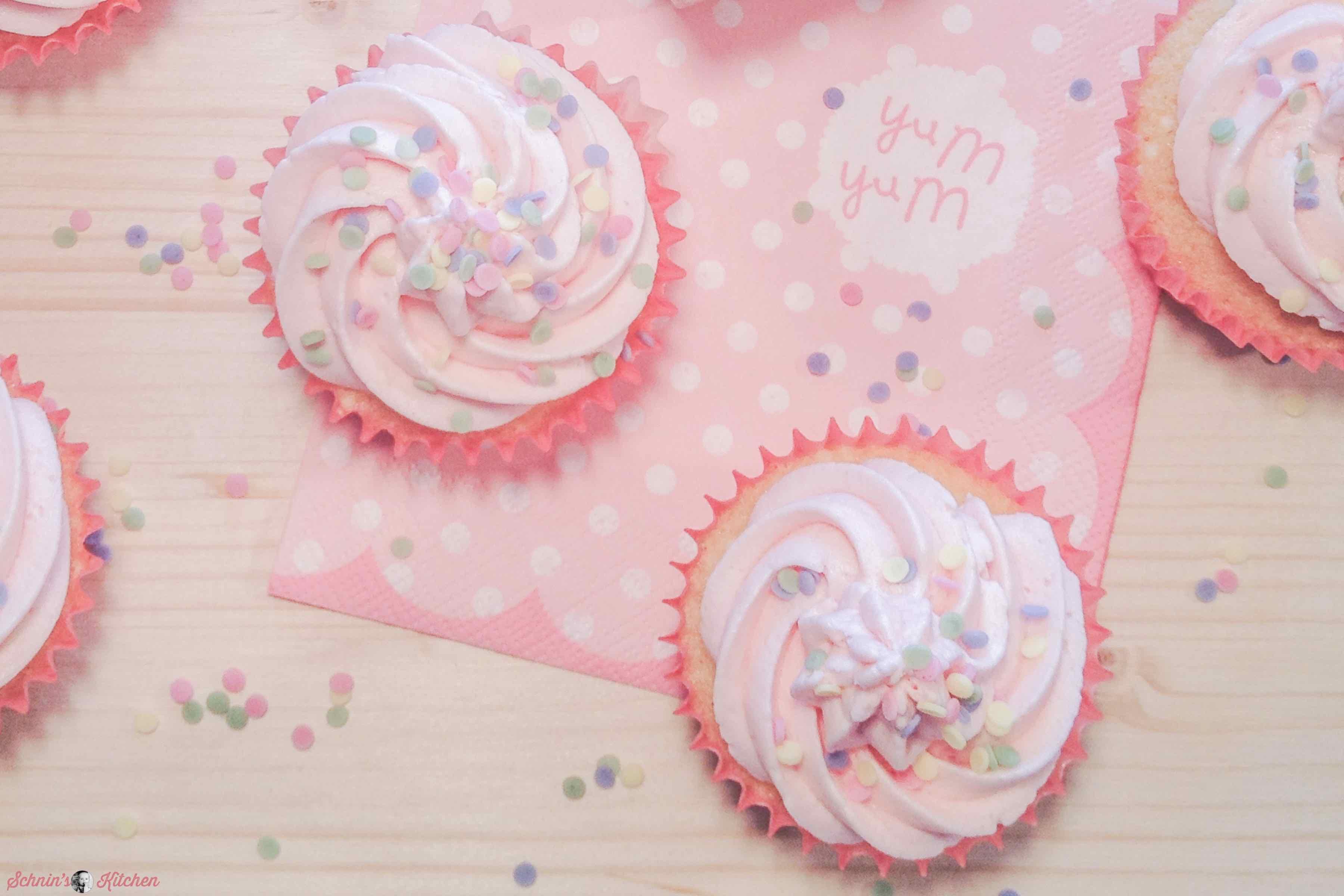 Pünktchen-Cupcakes mit leckerem Vanilleteig und amerikanischem Buttercreme-Frosting | www.schninskitchen.de