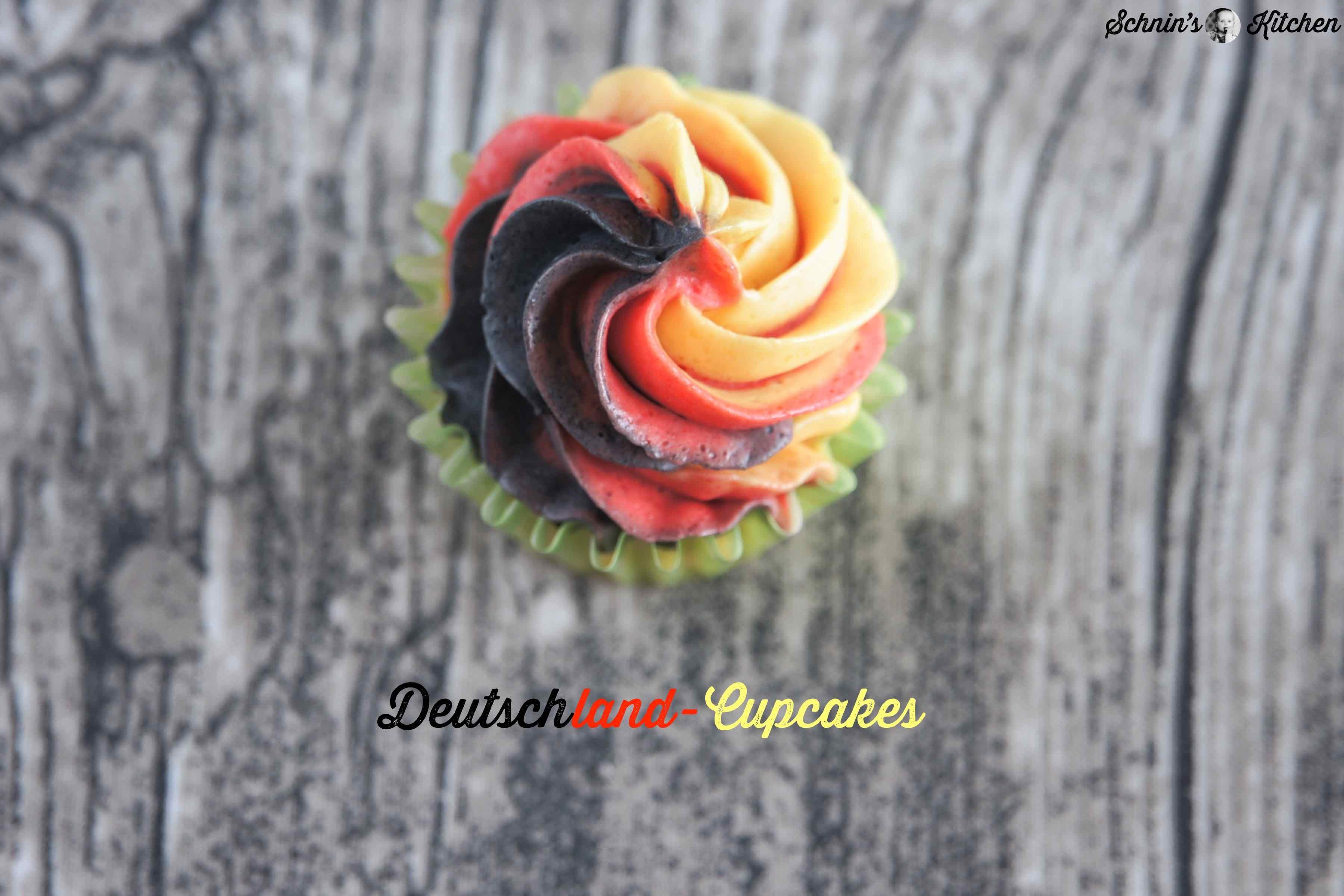 Deutschland-Cupcakes für die WM - fluffiger Vanilleteig mit Frosting in Deutschland-Farben. Der Glücksbringer für die Fußballparty. | www.schninskitchen.de