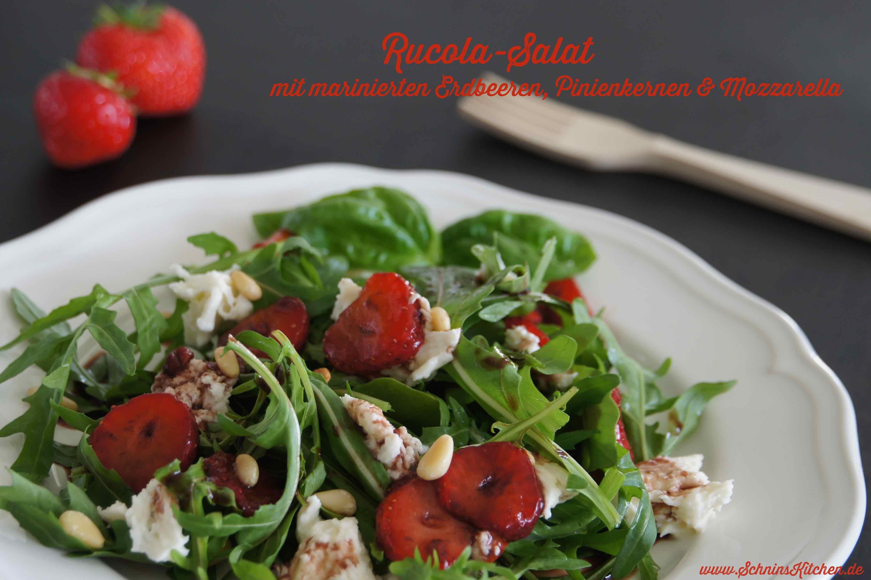 Schnin's Kitchen: Rucola-Salat mit marinierten Erdbeeren, Mozzarella & gerösteten Pinienkernen