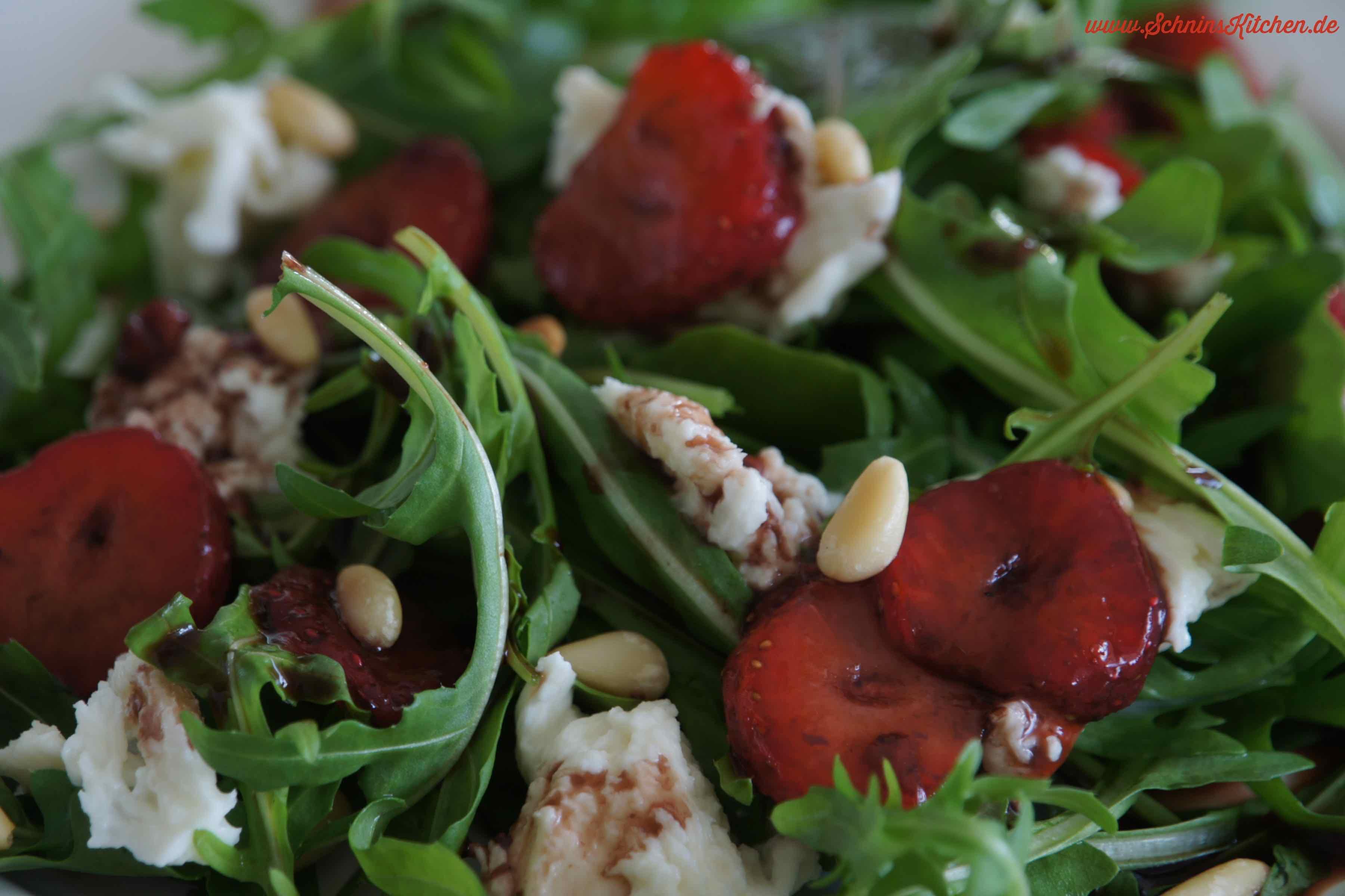rucola salat mit marinierten erdbeeren mozzarella schnin 39 s kitchen. Black Bedroom Furniture Sets. Home Design Ideas