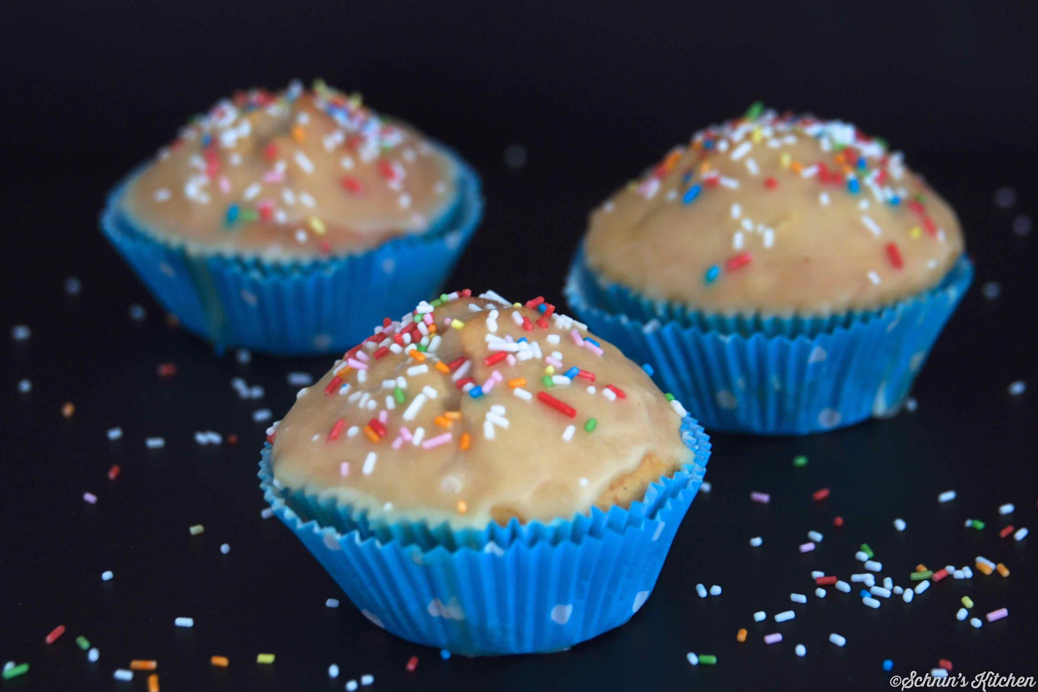 Schnin's Kitchen: Glasierte Donut-Muffins mit bunten Streuseln