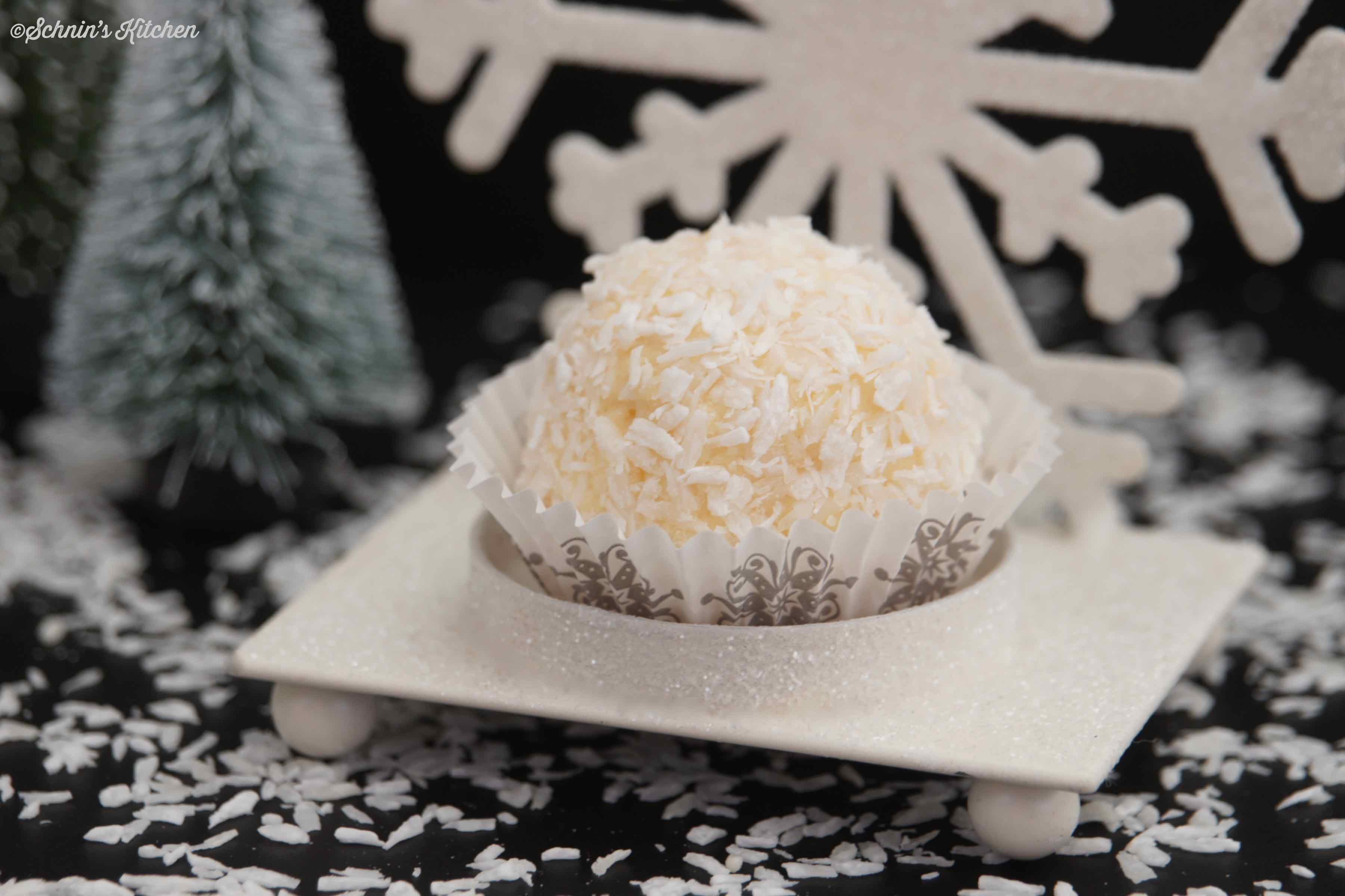 Schneebälle - leckere, kleine Kuchen-Creme-Bällchen mit Kokos und Amaretto | www.schninskitchen.de