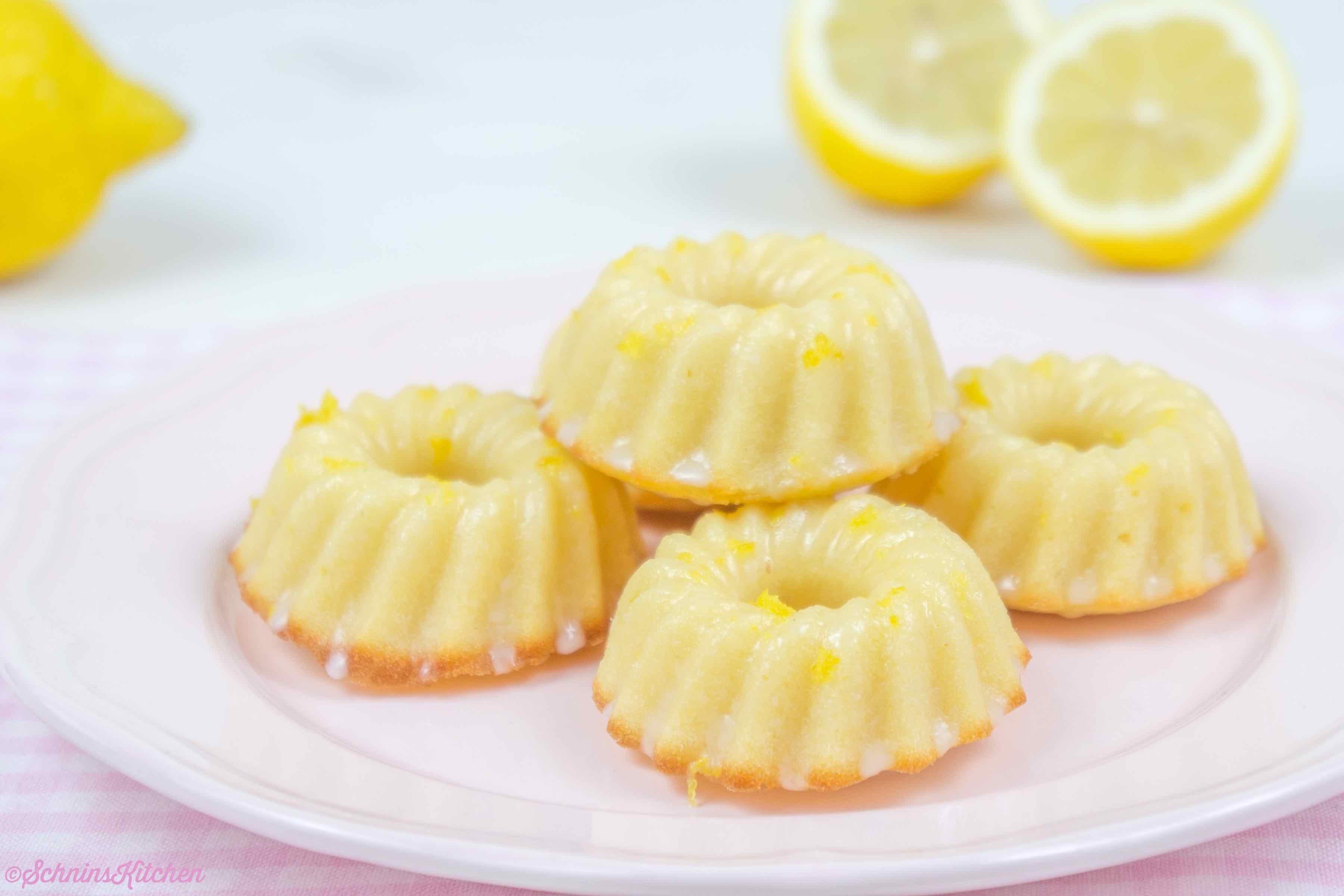 Kleine Zitronen-Gugelhupfe - kleine, feine Kuchen mit Zitrone und Glasur | www.schninskitchen.de