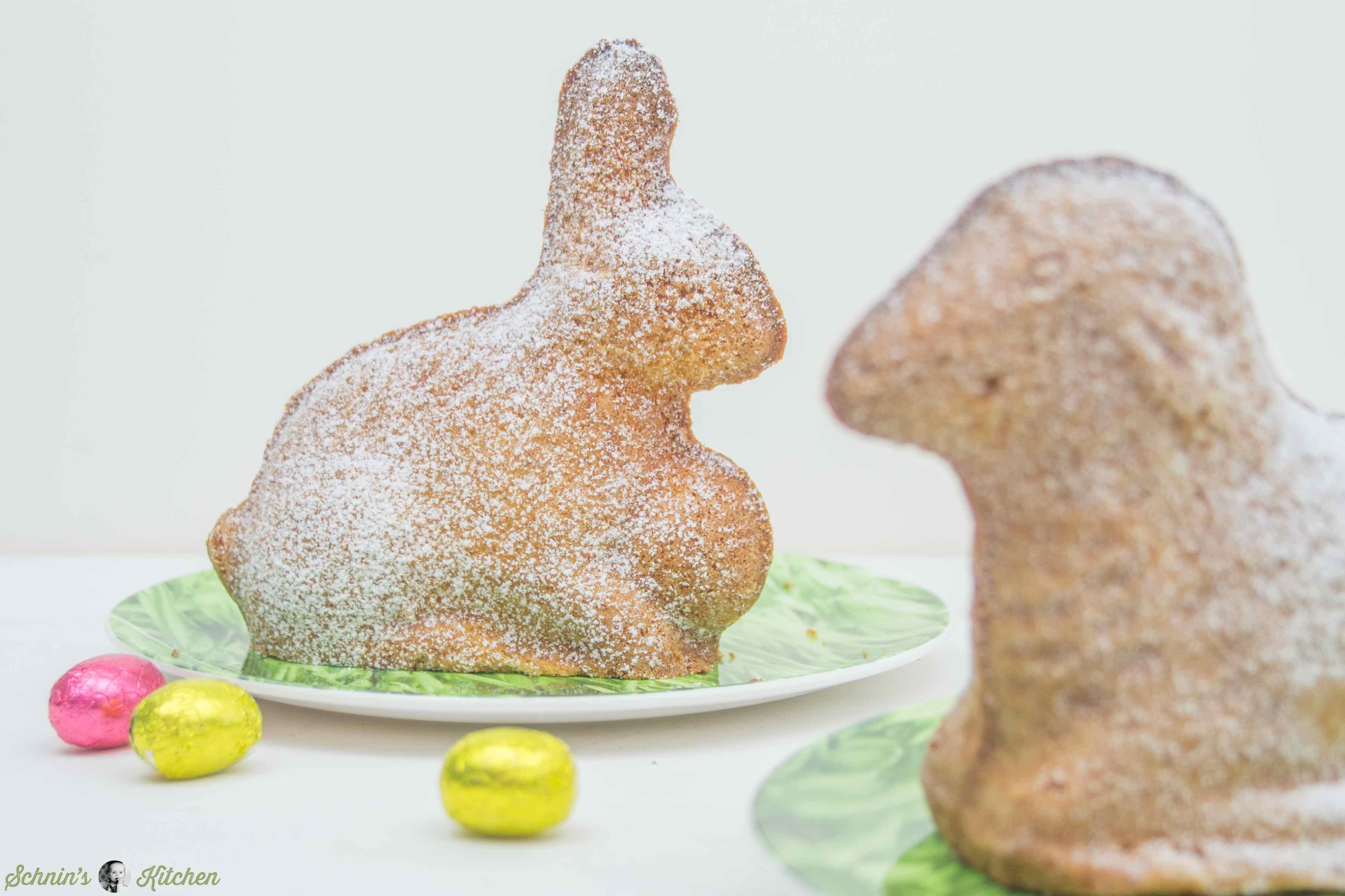Osterhasenkuchen aus feinem Sandkuchenteig mit Amaretto. Das perfekte Rezept zu Ostern für die Osterhasen-Backform. | www.schninskitchen.de