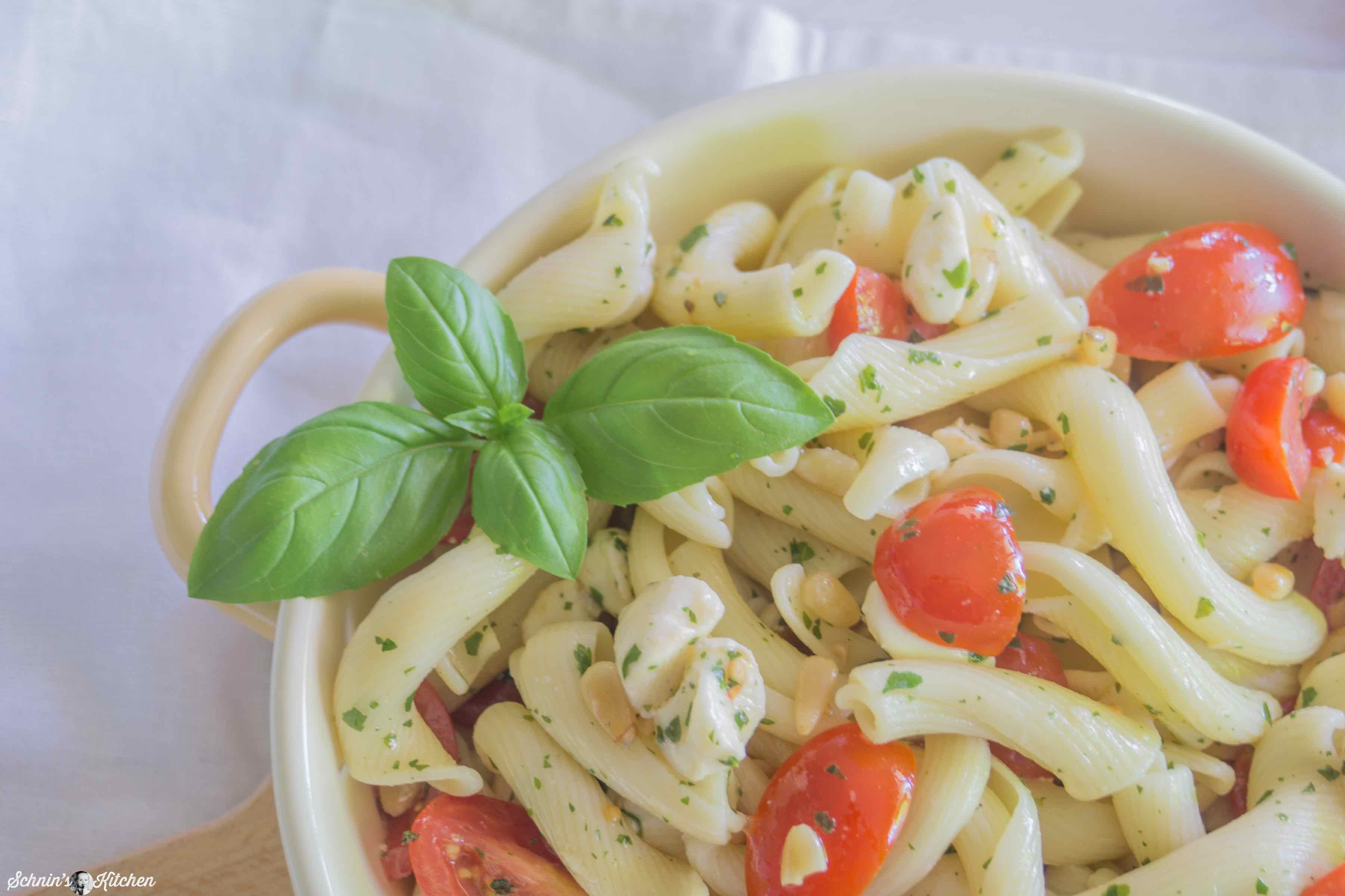 Nudelsalat Caprese mit Tomaten, Mozzarella und frischem Basilikum | www.schninskitchen.de