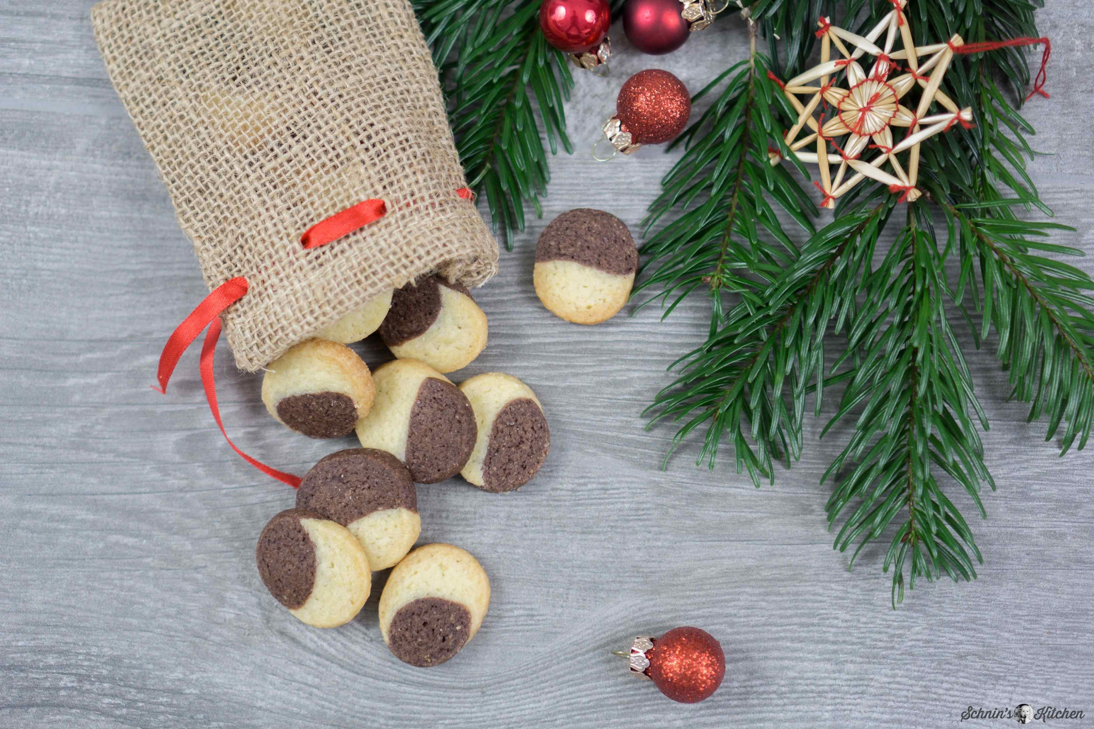 Marmoriertes Schwarz-Weiß-Gebäck - ein schnelles und einfaches Rezept für die zweifarbigen Weihnachtsplätzchen. | www.schninskitchen.de