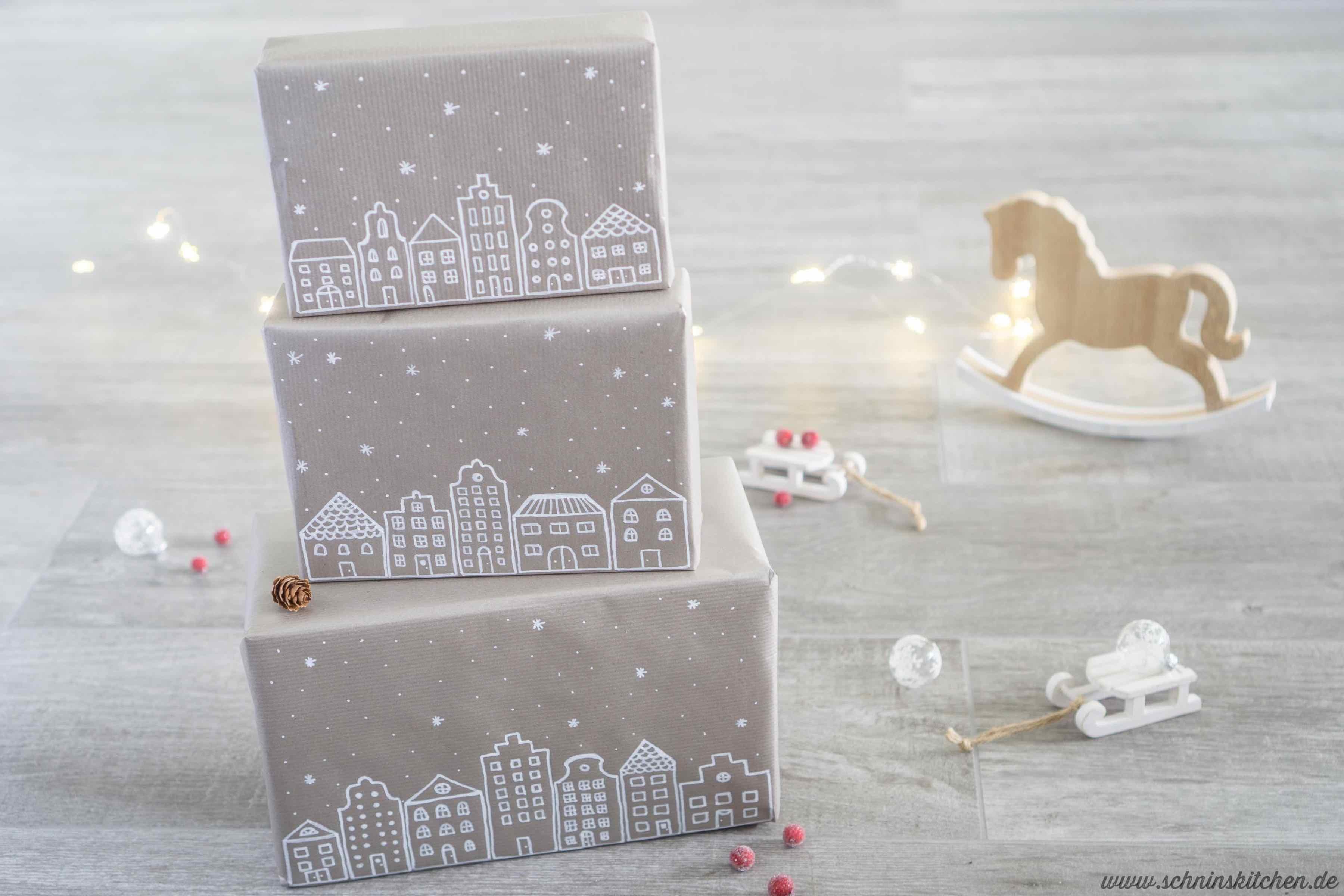 DIY Geschenkpapier selber machen mit niedlichem Winterdorf für Weihnachten | www.schninskitchen.de