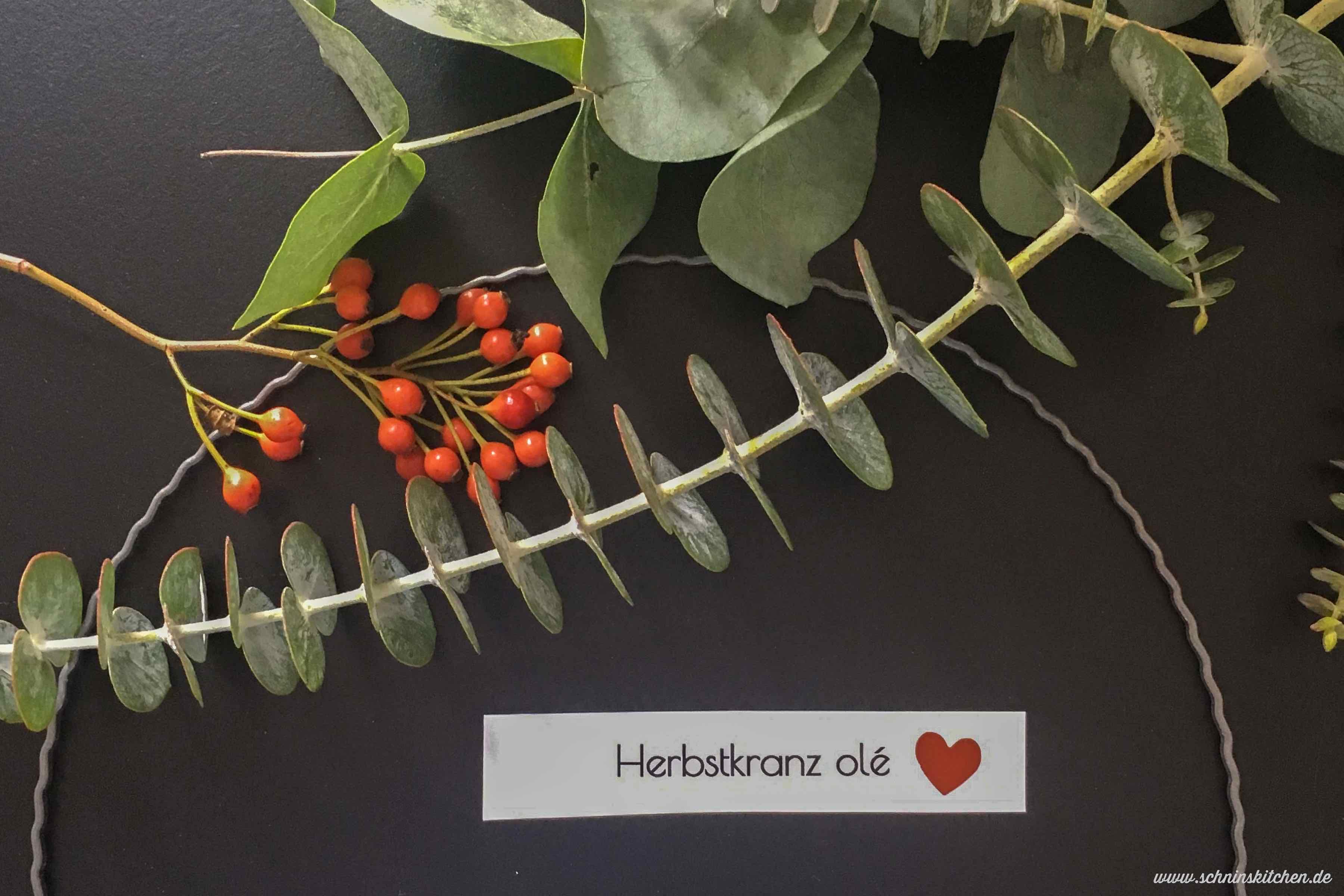 DIY Herbstkranz binden aus Eukalyptus, Heide und Hagebutten - einen herbstlichen Türkranz einfach selber basteln - mit Anleitung | www.schninskitchen.de