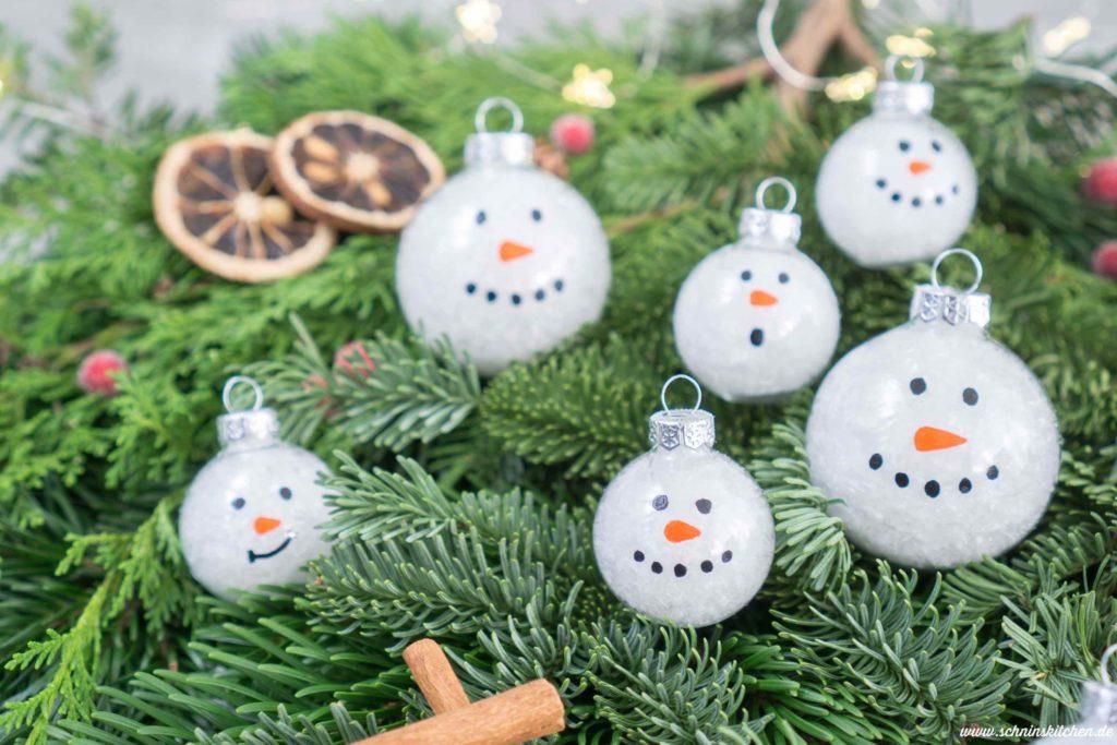 Schneemann-Weihnachtskugeln basteln