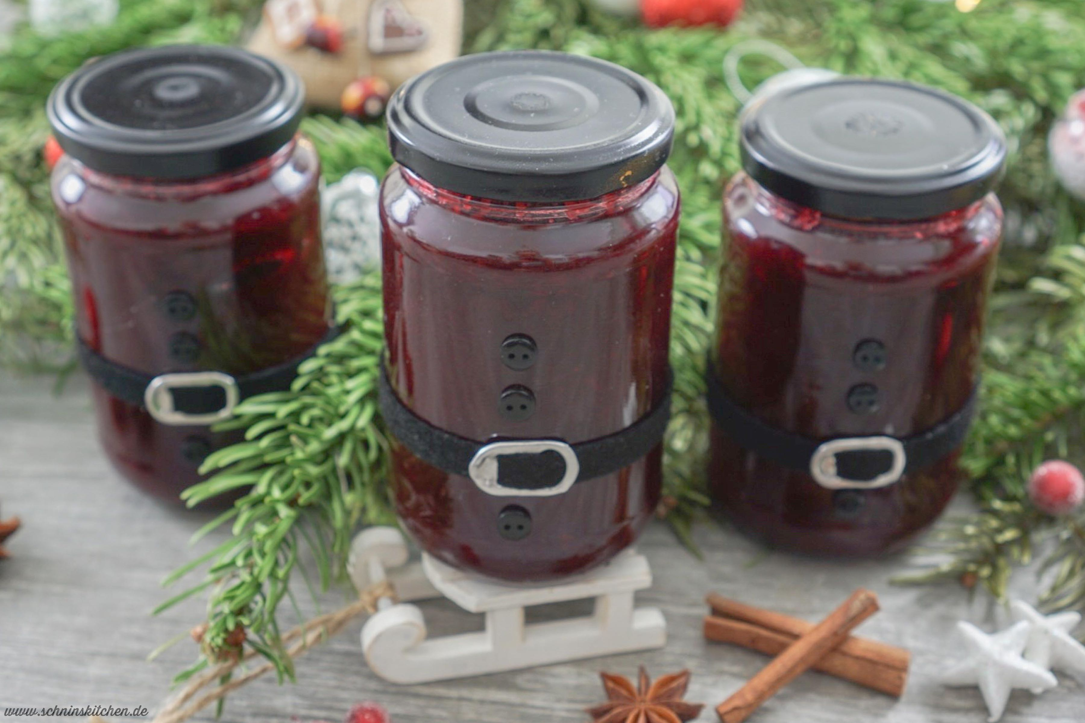 Leckere Weihnachtsmarmelade mit Kirschen und Cranberries im DIY Weihnachtsmannglas - ein tolles Rezept für leckeren Fruchtaufstrich | www.schninskitchen.de