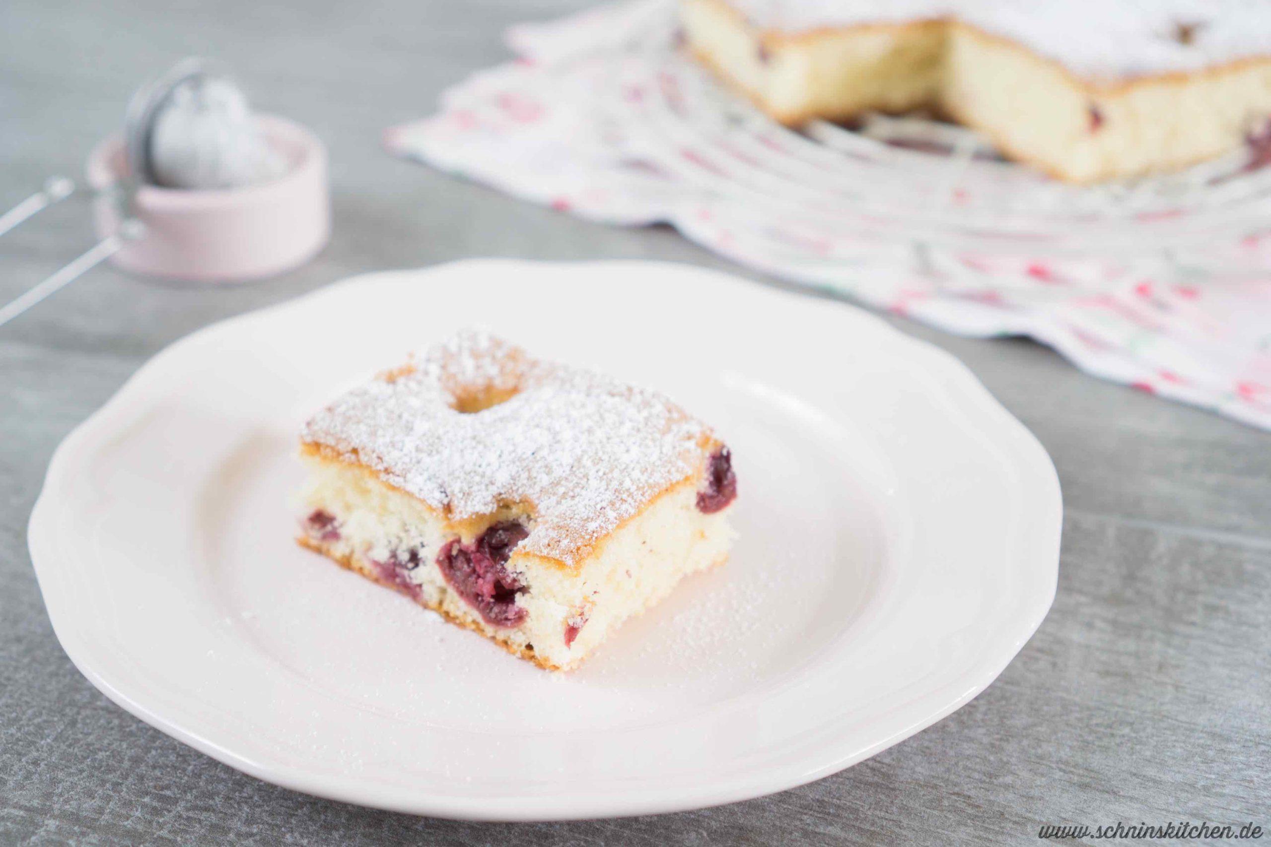 Rezept für Blitzkuchen mit Kirschen - versunkener Kirschkuchen vom Blech | www.schninskitchen.de
