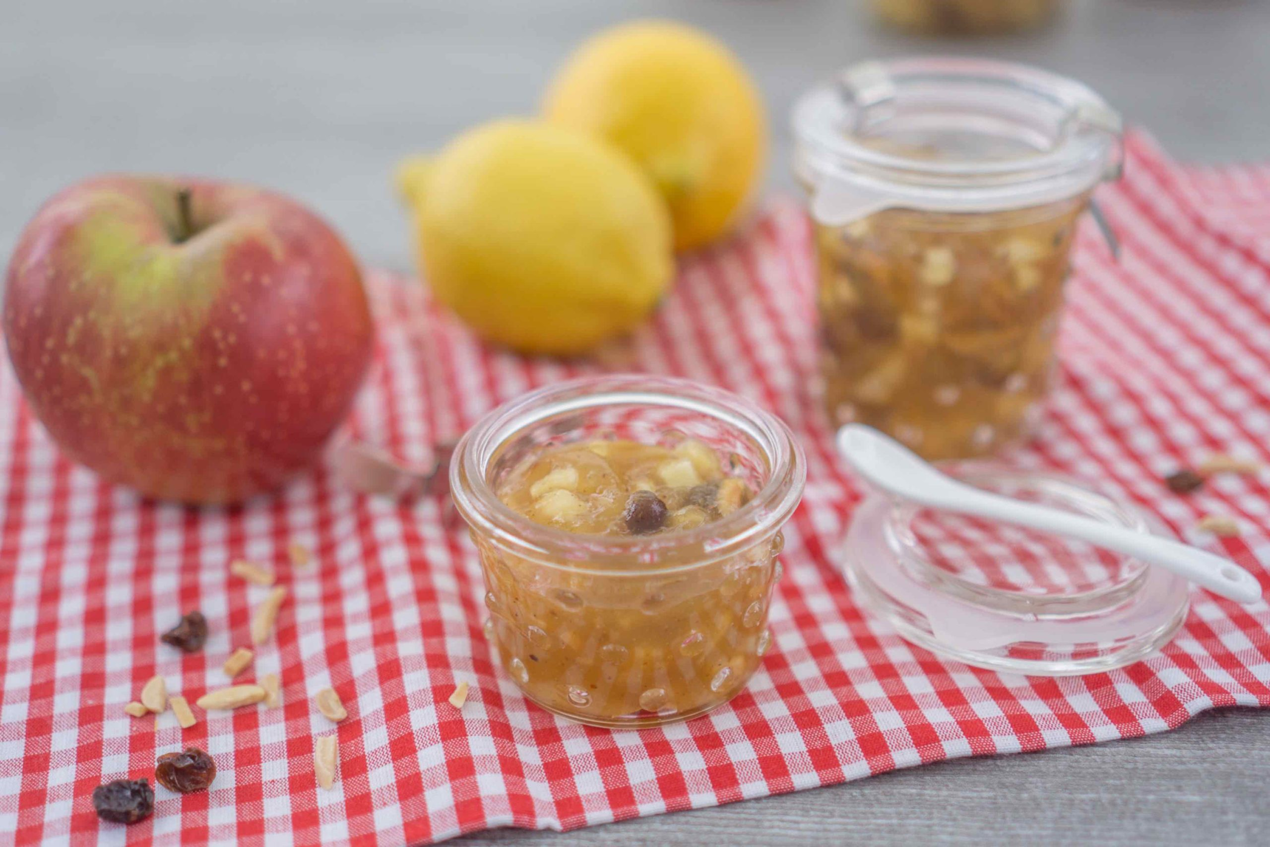 Apfelstrudelmarmelade selber kochen. Ein Rezept für leckeren Brotaufstrich aus Äpfeln, der schmeckt wie Apfelstrudel im Glas. | www.schninskitchen.de
